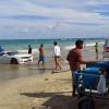 Maré sobe, e Camaro é arrastado com o motorista para dentro do mar