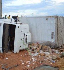 PAULISTANA   Caminhão tomba na BR407 em Paulistana, após tentar desviar de um Fiat Uno; veja imagens