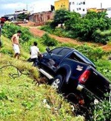 Hilux cai em buraco no Piauí;  carro presta serviço em obra da Transnordestina