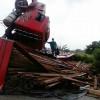 Carreta que levava carga de madeira tomba em rodovia do Piauí; imagens