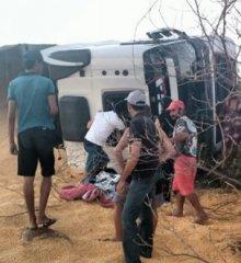 Caminhão carregado de milho tomba na BR- 316, em Campo Grande do Piauí