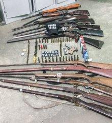 Polícia prende arsenal de armas de fogo em Monsenhor Hipólito; suposto dono das armas fugiu após chegada da PM