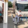 Em viagem para show, ônibus de Dorgival Dantas fica no 'prego' em Jaicós-PI; Cantor faz amizade com populares e aproveita para saborear doce