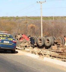 Caminhão carregado com madeira tomba na BR-316, em Campo Grande do Piauí