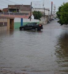 Em Paulistana, chuva forte e intensa causa alagamentos e invade casas