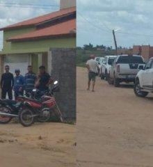 Familiares e amigos aguardam chegada do corpo do ex-prefeito de Marcolândia, Amaro Amadeu de Carvalho