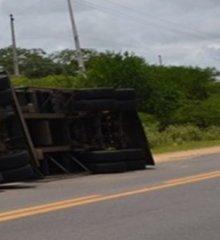 Em Patos, reboque de carreta tomba e carga de soja fica espalhada na rodovia