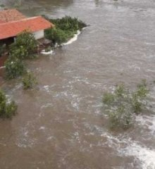 Em Valença, água ultrapassa parede de barragem e causa alagamentos