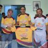 PADRE MARCOS| Prefeito Valdinar Silva e Presidente da Câmara Adão José realizam entrega de novo uniforme para a equipe do Riacho B