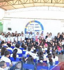 FRONTEIRAS |Prefeita Maria José e secretária de Educação Verônica Ribeiro entregam novos livros para alunos do 5º ao 9º ano; a meta é aumentar índice do IDEB
