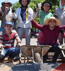 PADRE MARCOS | Gestão de Valdinar Silva inicia construção de praça na localidade Jurema; prefeito auxilia na obra junto com voluntários