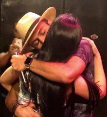 Depois de polêmica por beijar mulher casada, cantor Thulio Milionário beija quatro mulheres em show no Piauí
