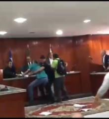 Em Valença, sessão na Câmara é cancelada após  bate boca e tumulto com servidores municipal; Categoria alega que o projeto enviado pela prefeita fará dividas para gestões futuras