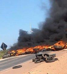 MARCOLÂNDIA | Trabalhadores realizam protesto contra fechamento de fábricas de farinha e ateiam fogo em pneus interditando BR-316; vídeo!
