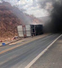 Em Marcolândia, carreta tomba na 'ladeira do s' e pega fogo supostamente com motorista dentro; vídeos