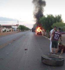Ao colidir com caminhão veículo pega fogo em Picos