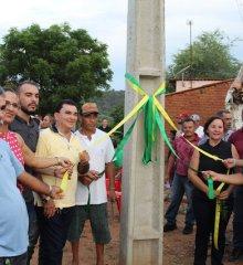 Prefeita  da região de Picos inaugura poste de energia  e vira piada na web