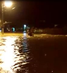 Alegrete  após fortes chuvas açude transborda e invade residências próximo ao centro da cidade